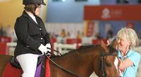 """Ratsastaja Lotta Romsin ja """"Mehubaarin"""" yhteistyö toi kolme mitalia Special Olympics -maailmankisoista."""