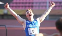 Eliel Nikkola kruunasi Tampereen down-urheilijoiden EM-kilpailut pituuskultaan.