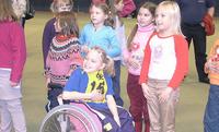 Junior Games -historiikki: Luokkatoverit kannustivat 8-vuotiasta Amandaa Tampereella.