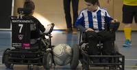 Sähköpyörätuolijalkapallo kehittyy Suomessa kausi kaudelta, mutta pelaajia kaivattaisiin lisää.