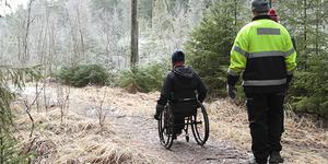 Pyörätuolilla liikkuva ja kävelevä metsäpolulla