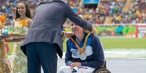 Marjaana Heikkinen saa paralympiamitalin Riossa 2016. Kuva: Riku Valleala/KIHU/Paralympiakomitea