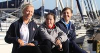 Monika Mikkola antoi kisavinkkejä Special Olympics -purjehtija Bea Westerstråhlelle.