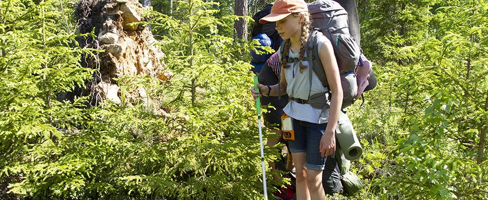 Näkövammainen retkeilijä metsäpolulla
