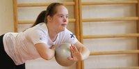 Saga Hänninen hakee menestystä down-urheilijoiden MM-kisoista pikkusiskonsa tekemillä ohjelmilla.